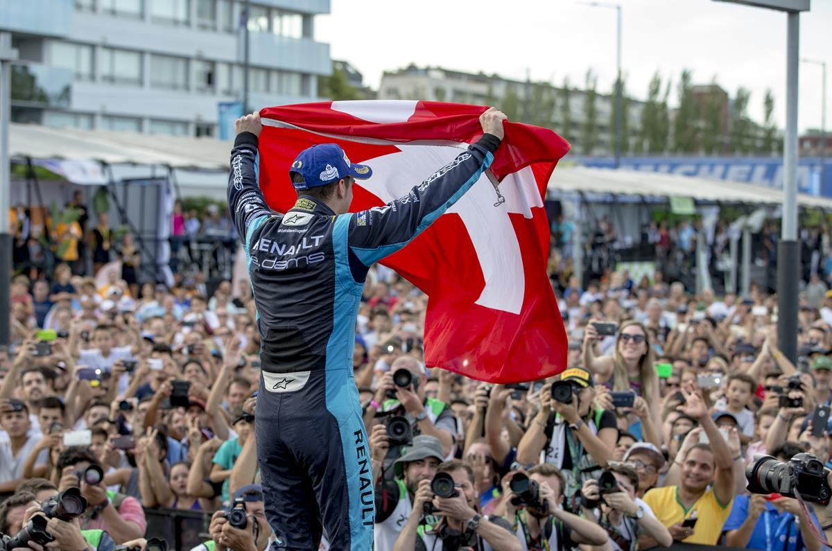 Buemi-waving-Swiss-Flag