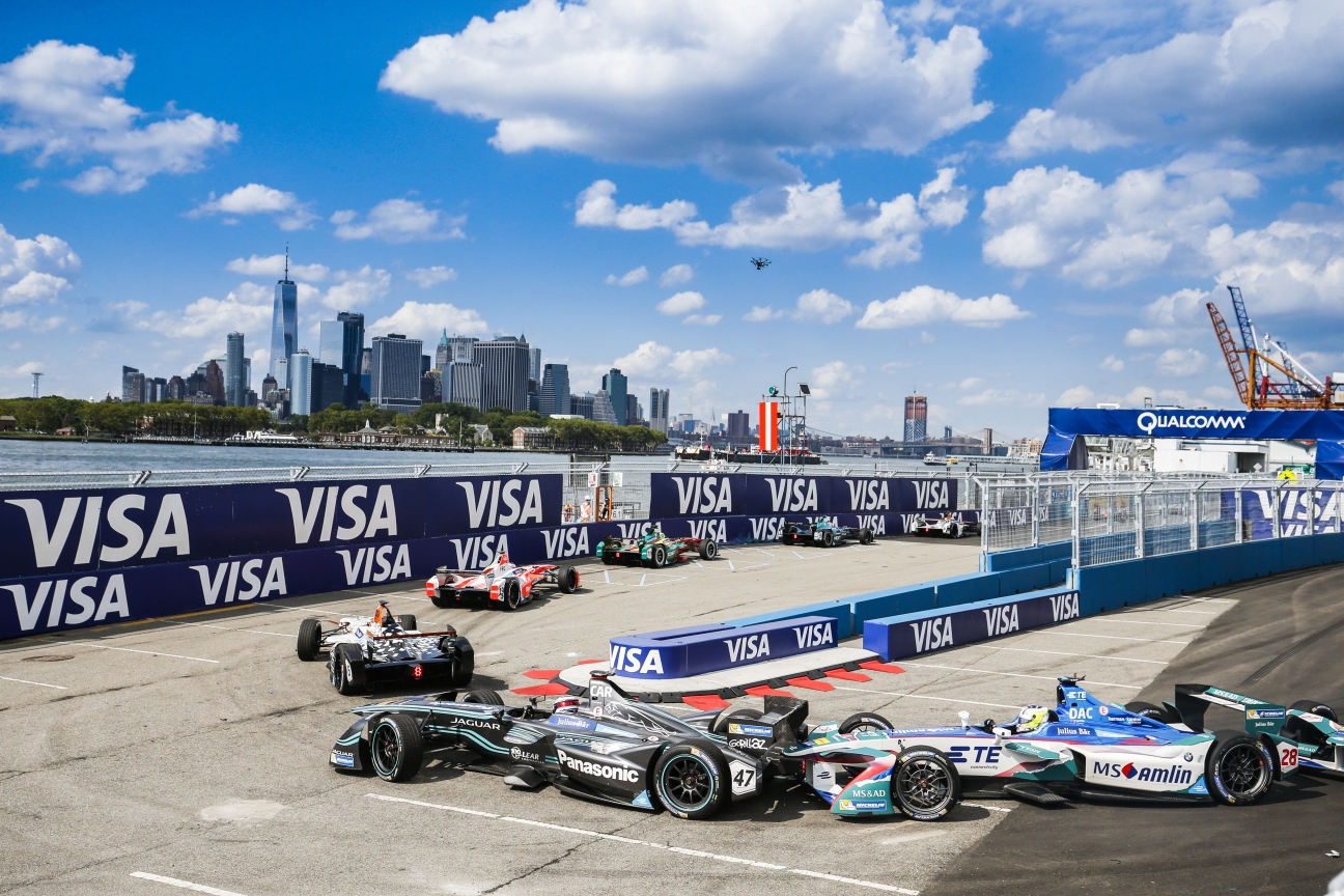 new-york-race-in-front-of-manhattan-skyline