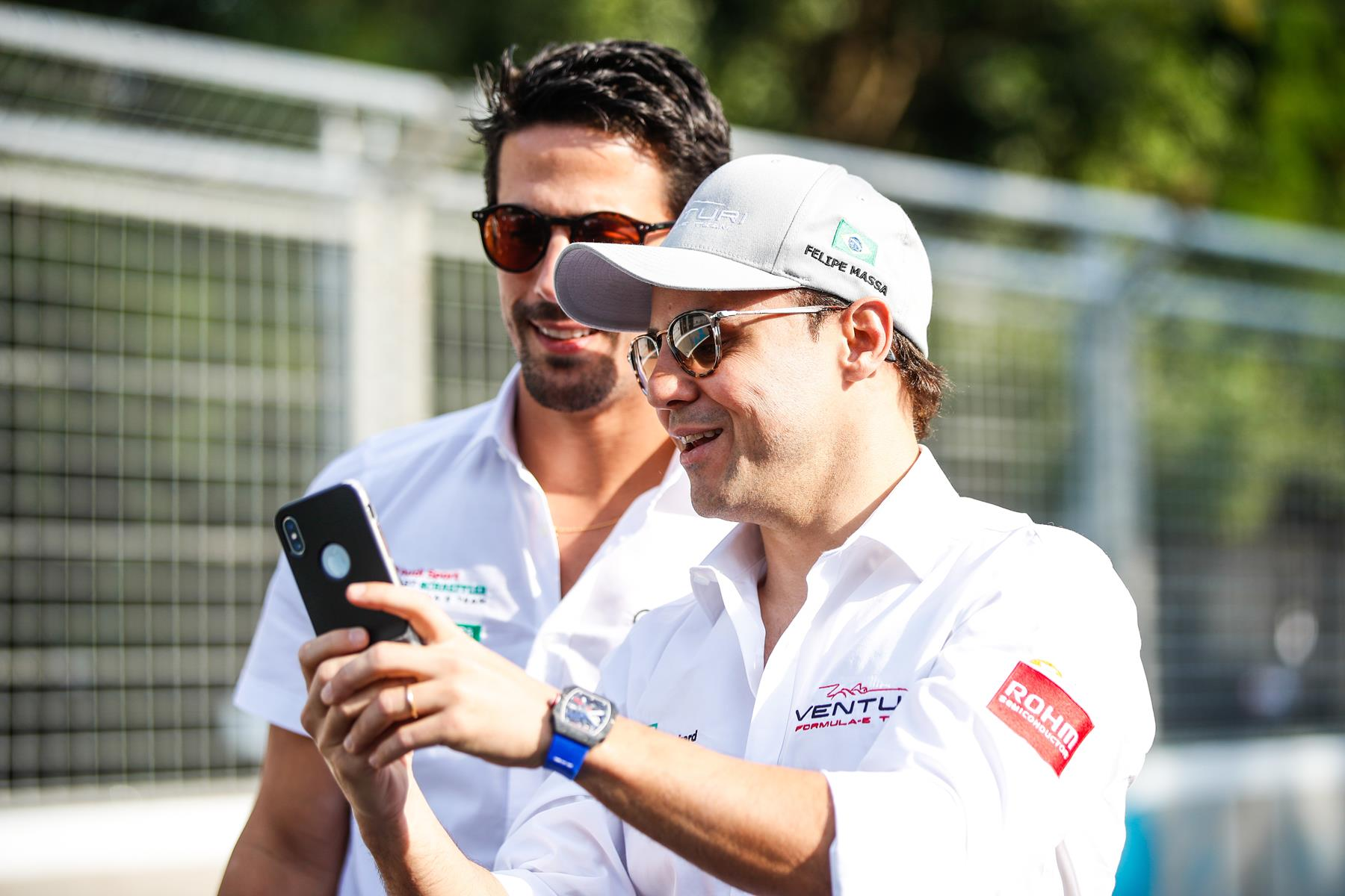 Bird-di-Grassi-Vergne-look-at-Smartphone