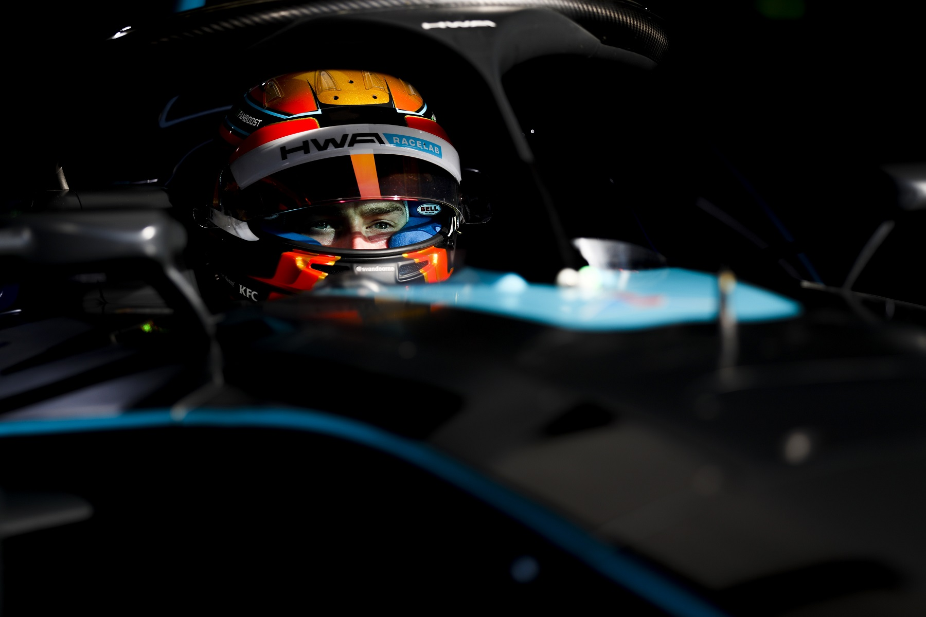 Berlin-Top8-Stoffel-Vandoorne-HWA-Racelab-Helmet-closeup-in-car.jpg