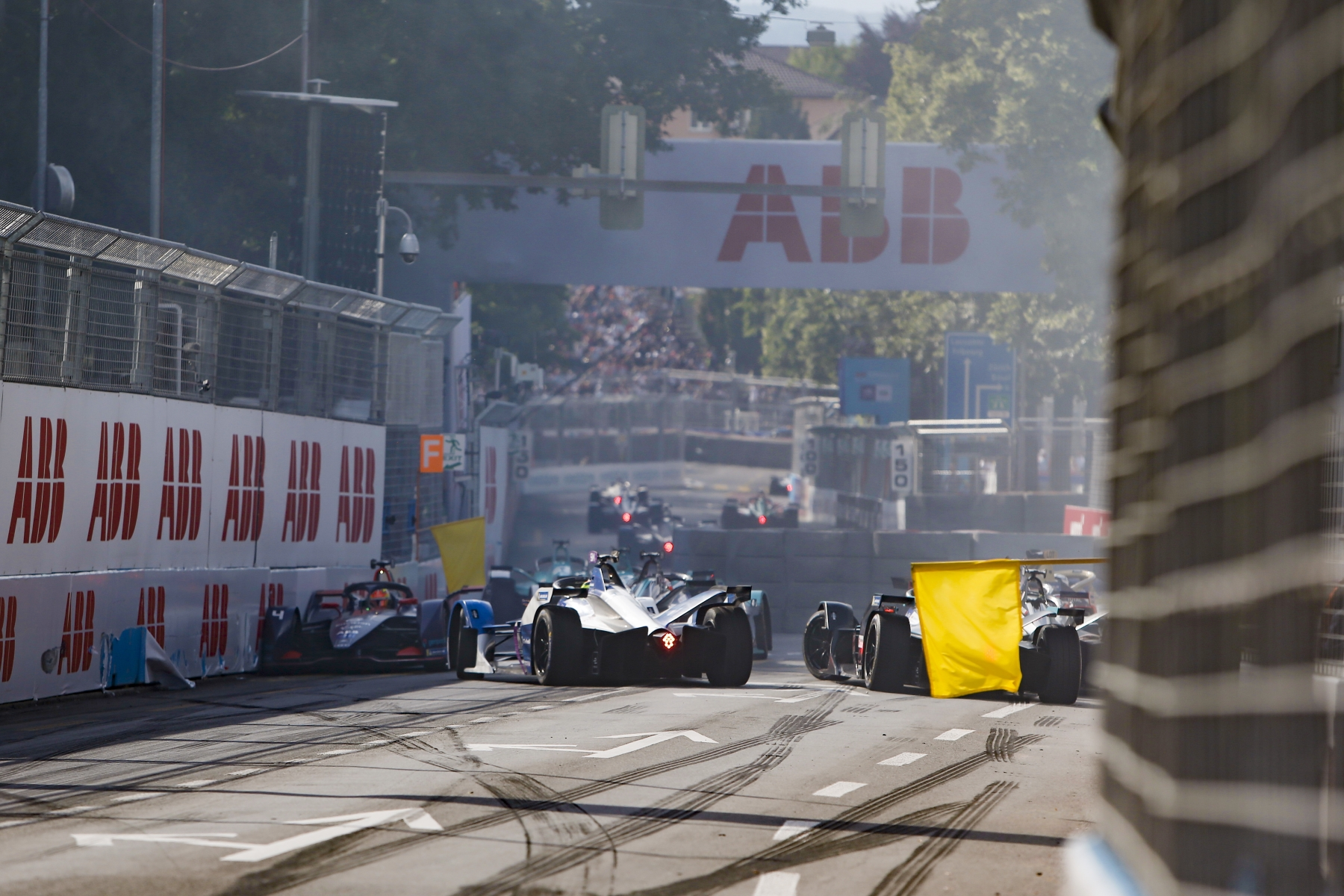 Top8-Bern-Crash-Start-Frijns-backwards-yellow-flags.jpg