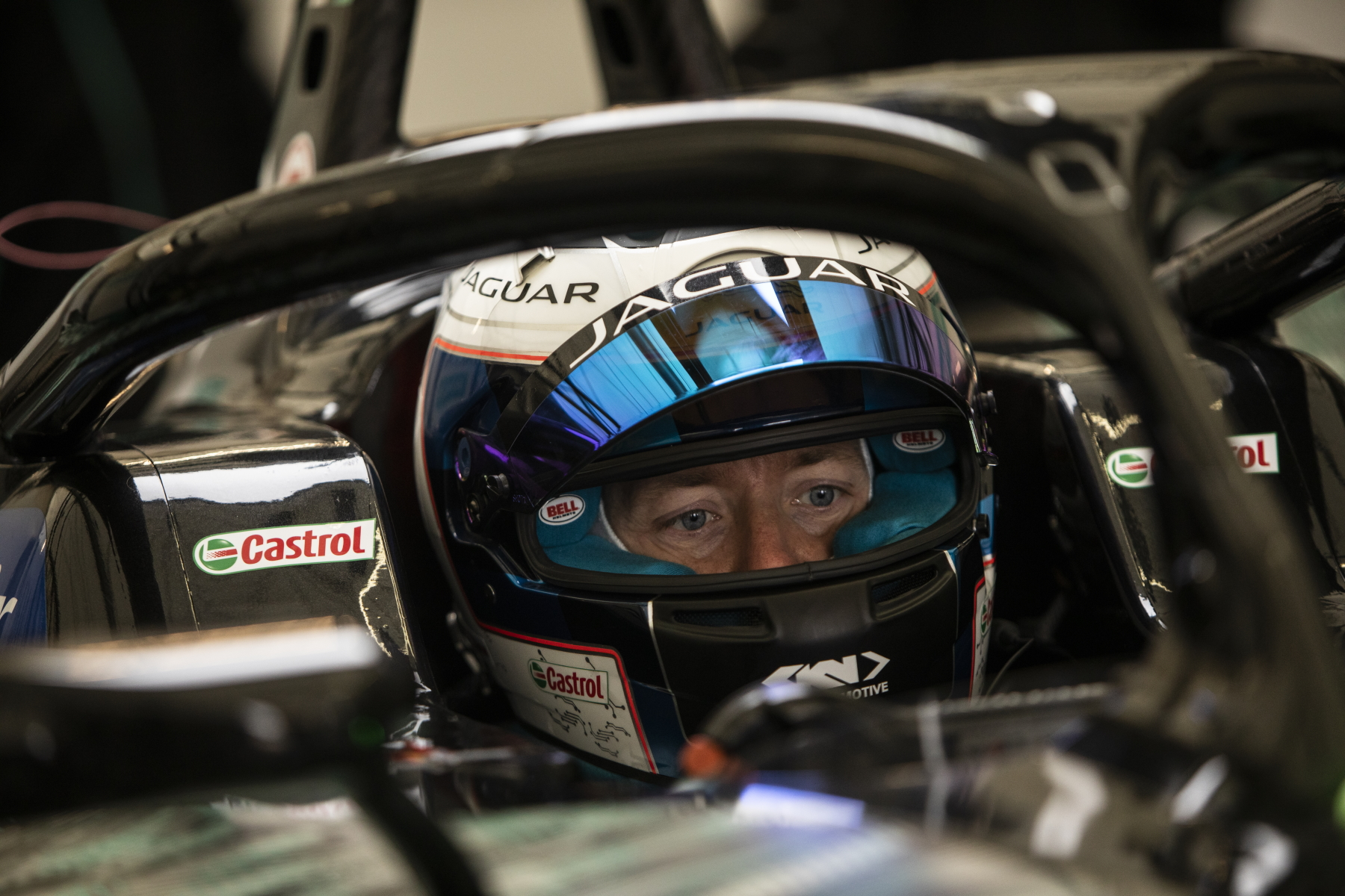 Sam-Bird-Jaguar-Racing-im-Cockpit-Visir-oben.jpg